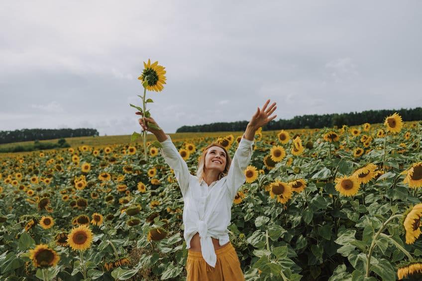Jeune femme dans un champ de tournesols